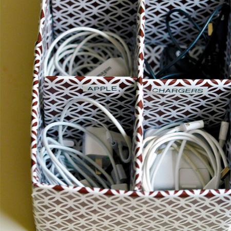 коробка с зарядными устройствами