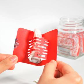 красная картонная упаковка чая